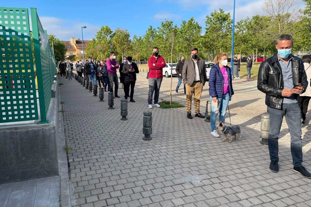 Largas colas para votar en Madrid nada más abrirse los colegios electorales