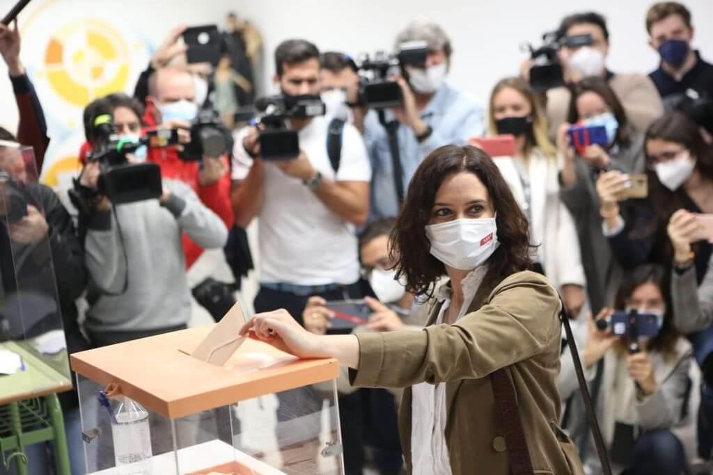 El 4M en imágenes: Ayuso recibida entre aplausos y Pablo Iglesias pidiendo el voto obrero desde Galapagar