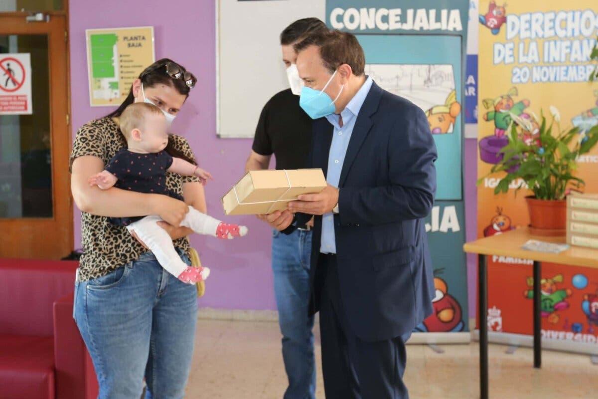 Coslada entrega cajas de bienvenida a los niños y niñas nacidos en el último año