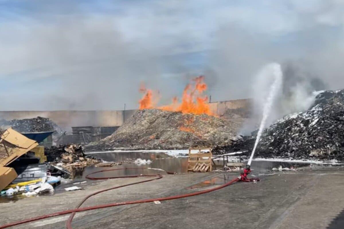 Aparatoso incendio enen el exterior de una nave de Alcalá de Henares
