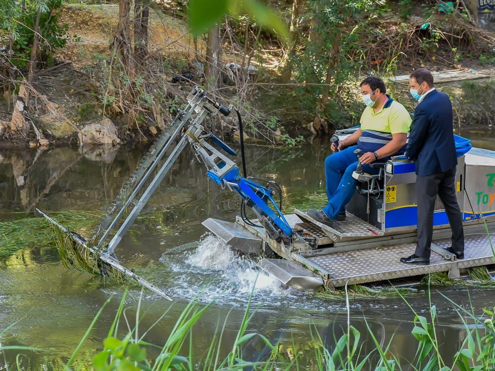 Torrejón intensifica la lucha contra los mosquitos: el barco anfibio vuelve al río Henares