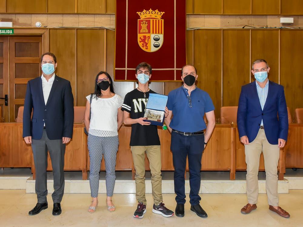 El alcalde de Torrejón recibe a Roberto Mulas, número uno en la selectividad madrileña