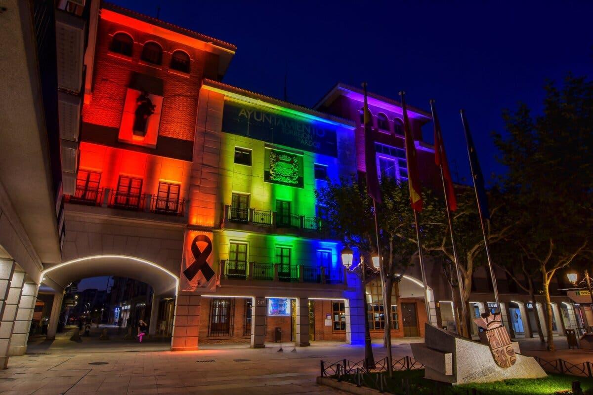 Torrejón de Ardoz ilumina la fachada del Ayuntamiento con la bandera arcoíris