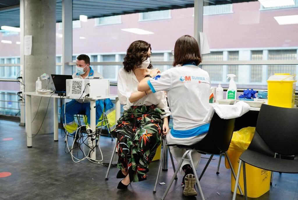 Ayuso recibe la vacuna contra la Covid-19 en el Wizink Center de Madrid