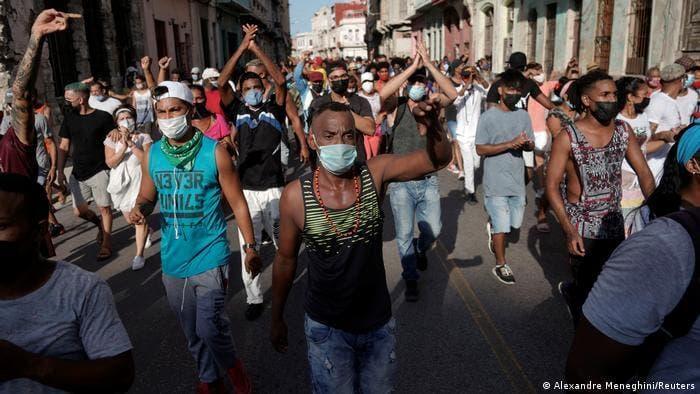 Podemos niega que Cuba sea una dictadura y Sánchez evita condenar la represión