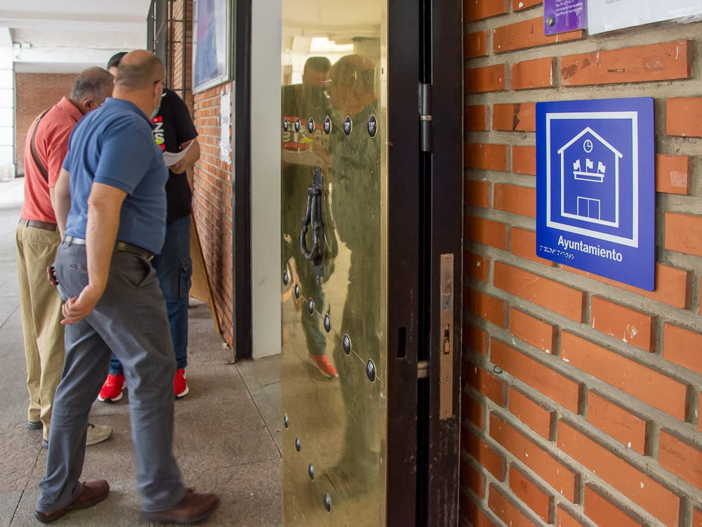 Torrejón de Ardoz coloca pictogramas en edificios municipales para mejorar el acceso a personas con discapacidad cognitiva y sensorial