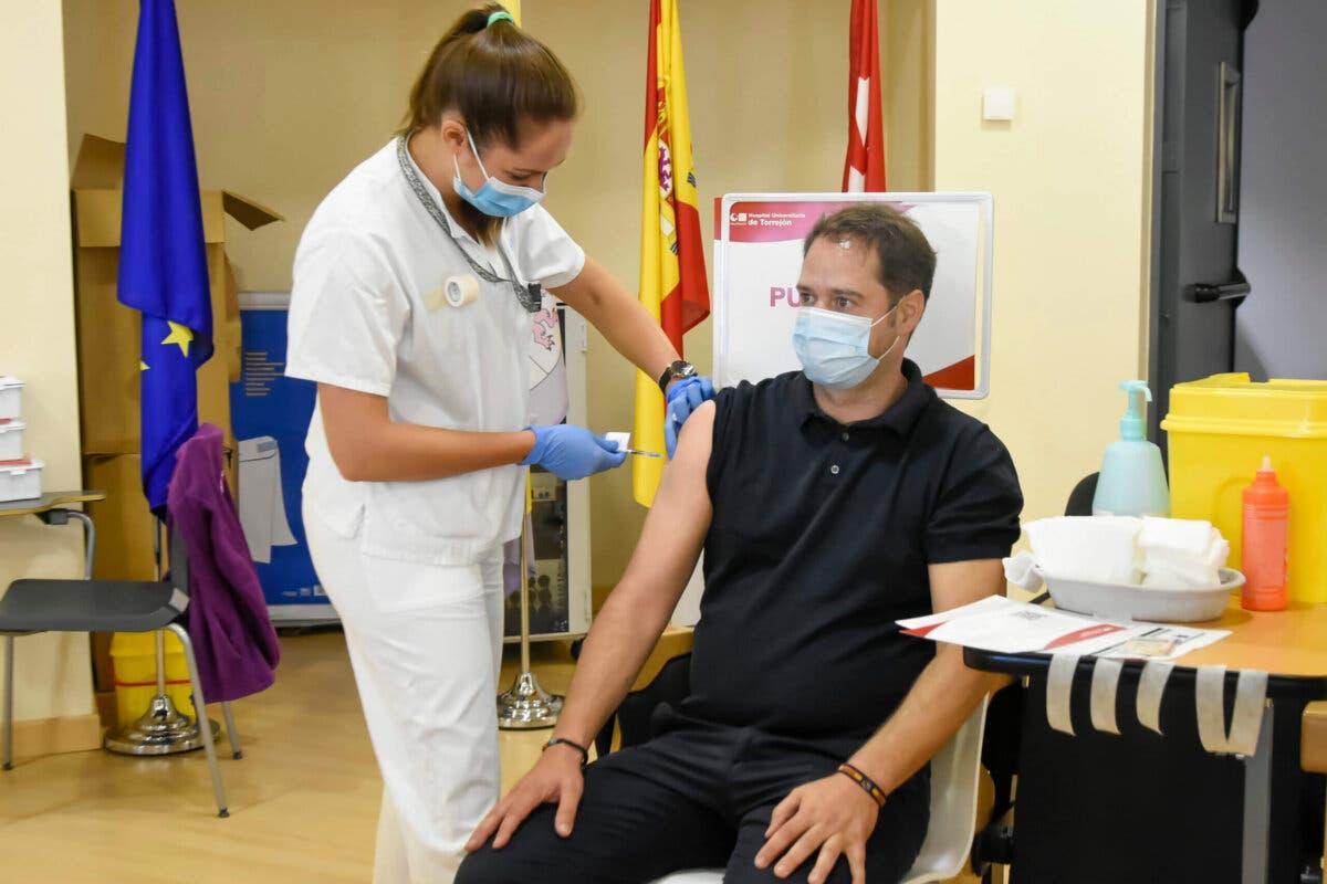 El alcalde de Torrejón se vacuna contra la Covid-19 y anima a los torrejoneros a vacunarse