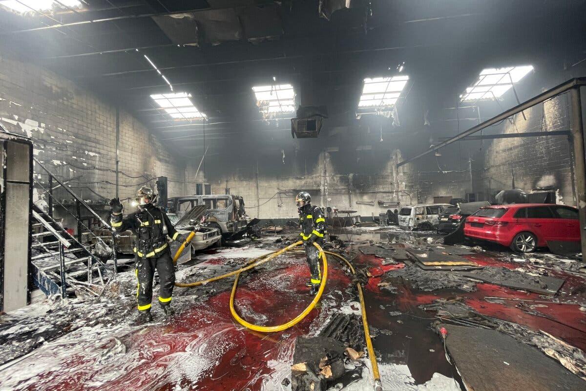 Un incendio arrasa un taller mecánico en Mejorada del Campo