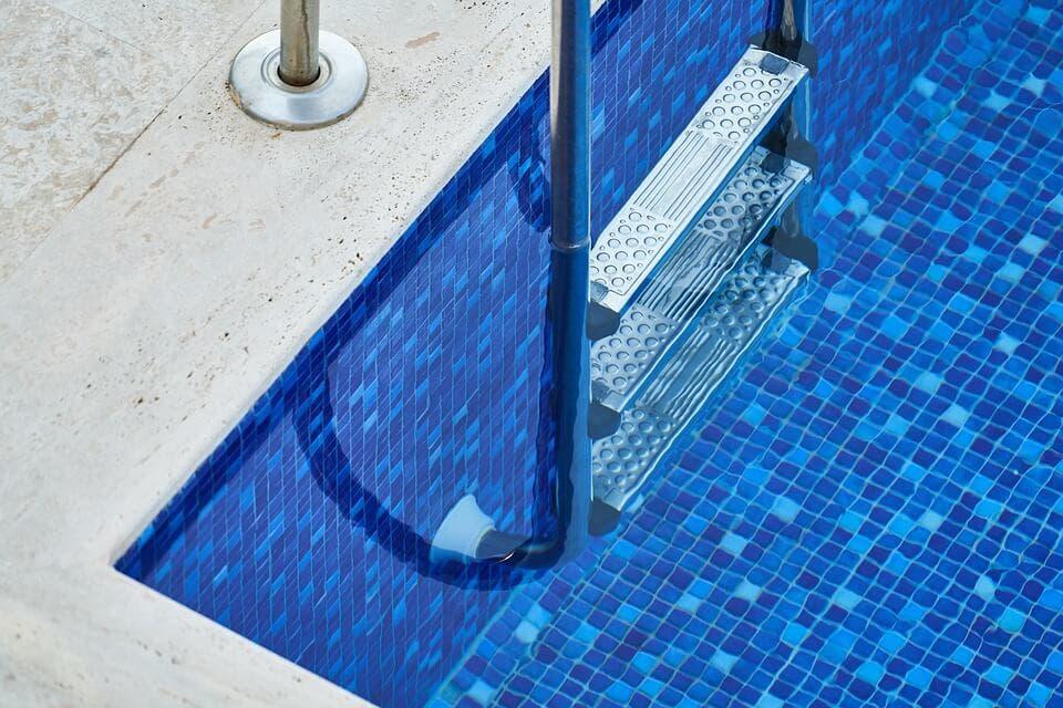 Detenido en San Fernando de Henares sorprendido bañándose en la piscina de un chalet