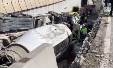 Un camión hormigonera vuelca encima de un coche en Rivas