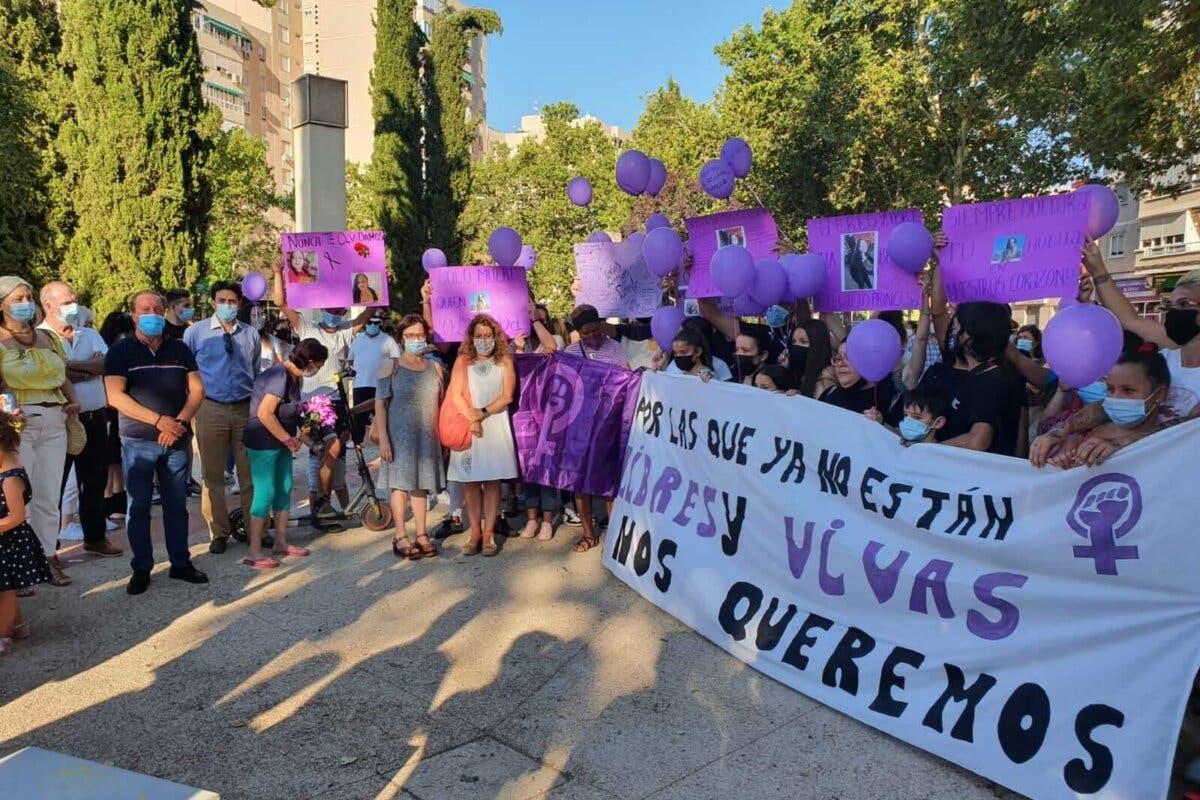 Alcalá de Henares se concentra contra el asesinato machista de una alcalaína en Cambrils