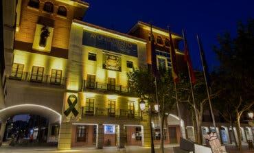 Torrejón de Ardoz ilumina de dorado la fachada del Ayuntamiento por una buena causa