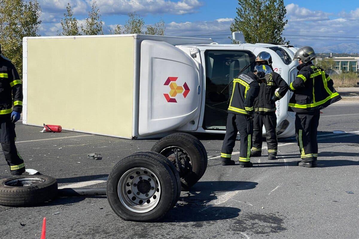 Espectacular accidente entre un turismo y un camión de mudanzas en la M-509, en Villanueva del Pardillo