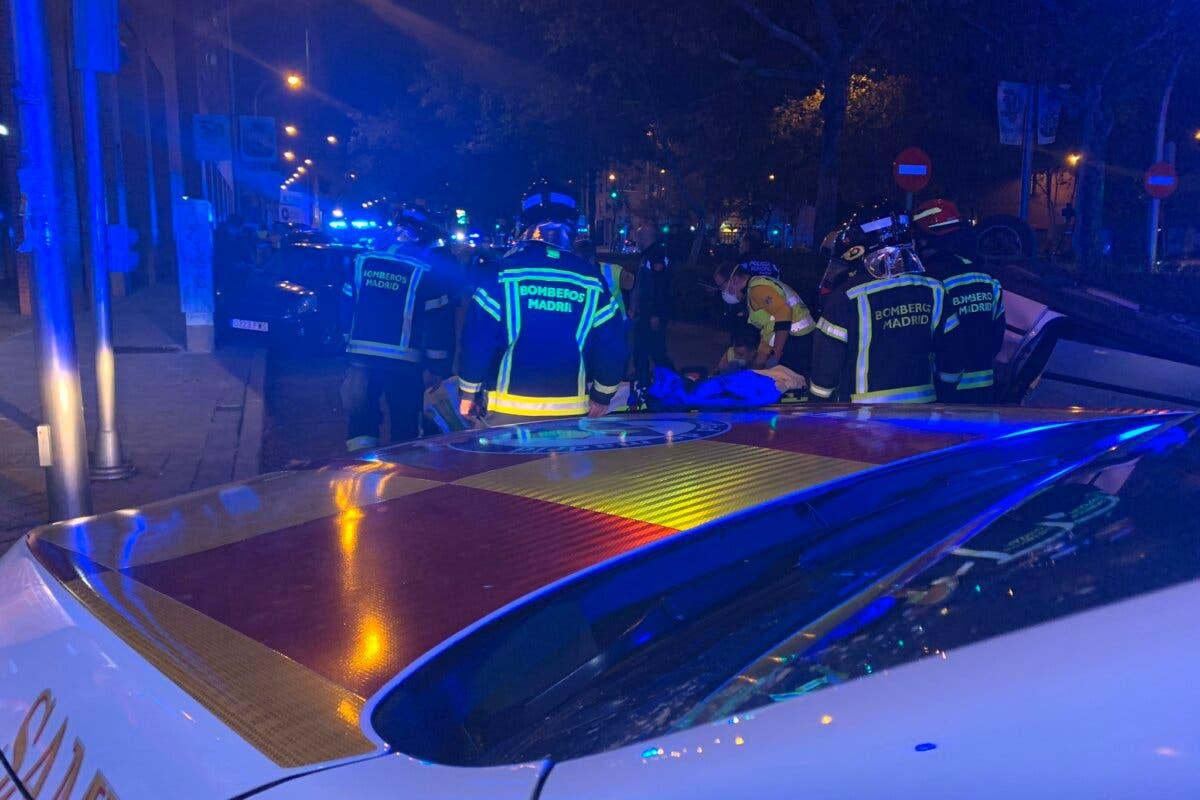 Herida grave una mujer atropellada en Madrid por un coche que después ha volcado