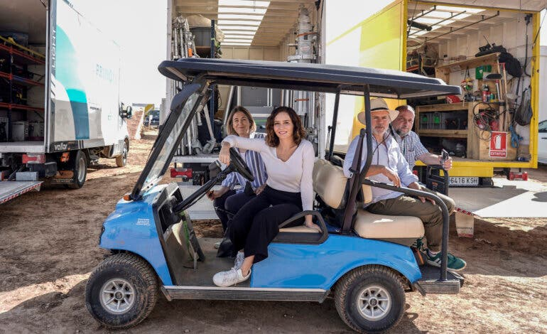 Ayuso visita en Chinchón el rodaje de la última película de Wes Anderson con Scarlett Johansson y Tom Hanks
