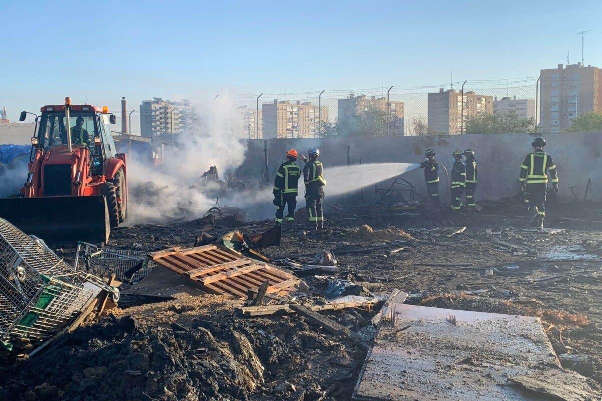 Un incendio arrasa una docena de chabolas enla colonia Marconi de Villaverde