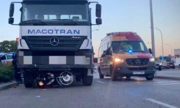 Un camión embiste a un motorista y lo arrastra varios metros en Vallecas
